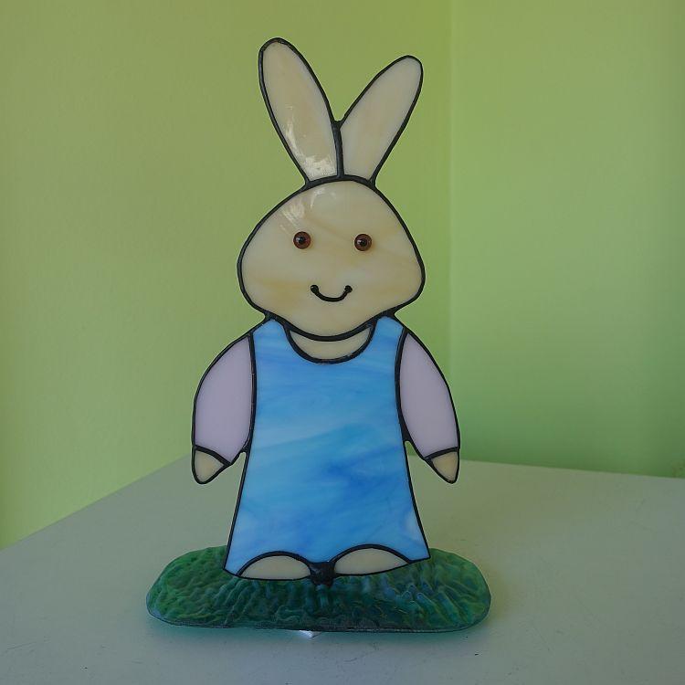 3D Hasenfrau auf  einer Plattform