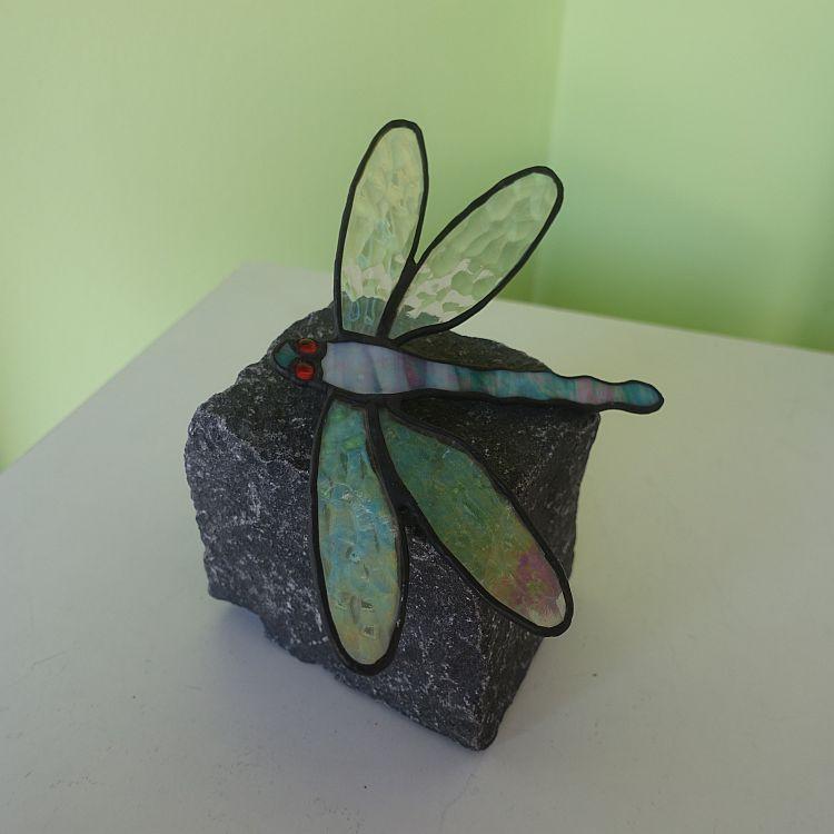 3D Steck-Libelle auf einem Stein